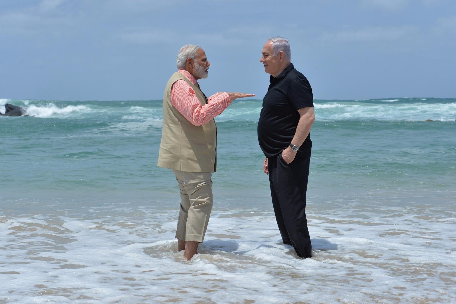 צפו: נתניהו ומודי שכשכו רגליים בחוף אולגה