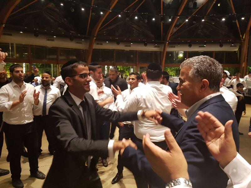 יממה לבחירות: המתמודד רקד עם בחורי מיר
