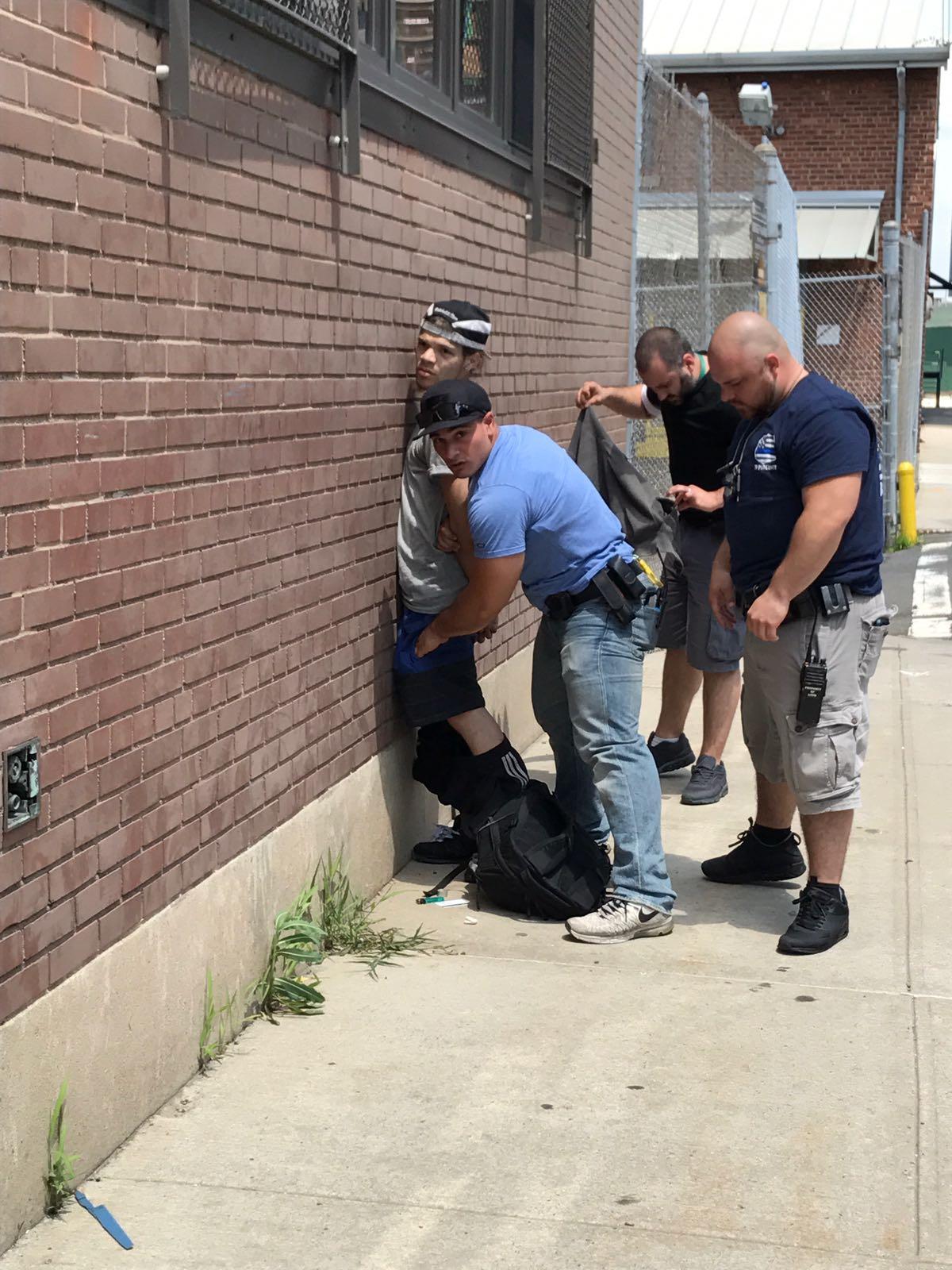 צפו: שוטרים מקצוענים לוכדים גנב בשכונה החרדית