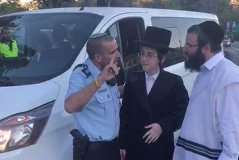 צפו: המצעד חסם את רכב חתן בר המצווה - השוטרים נחלצו לסייע