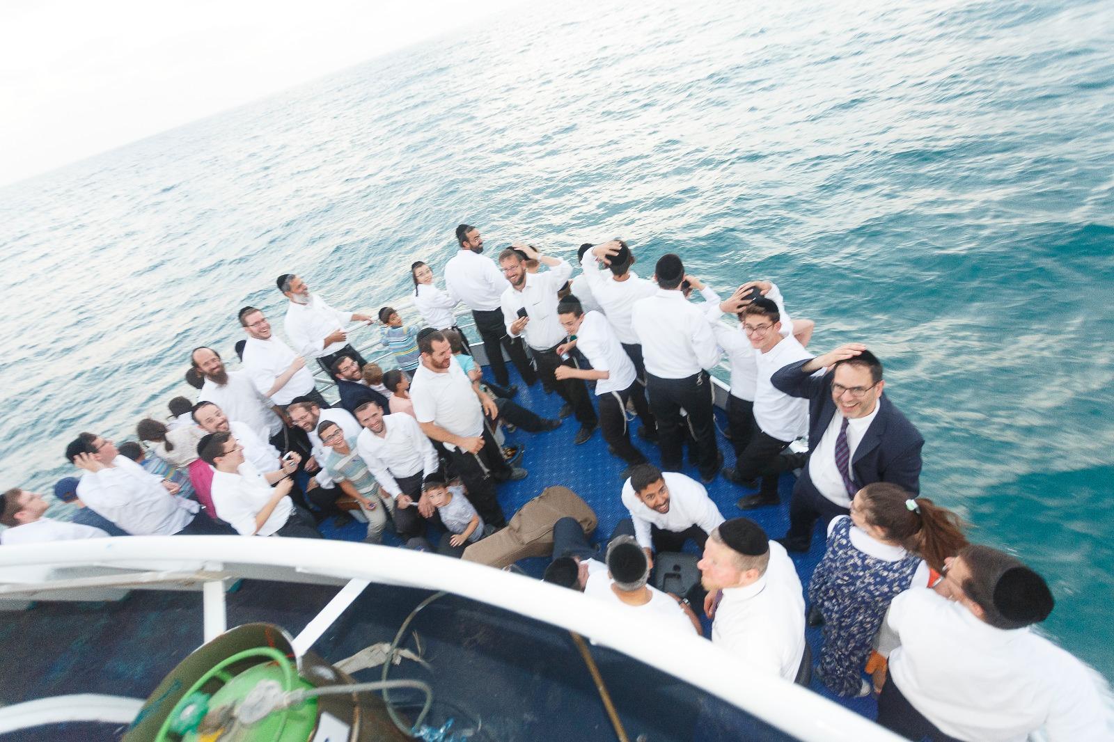 לומדי אשמורת הבוקר סיימו מסכת בספינה • תיעוד