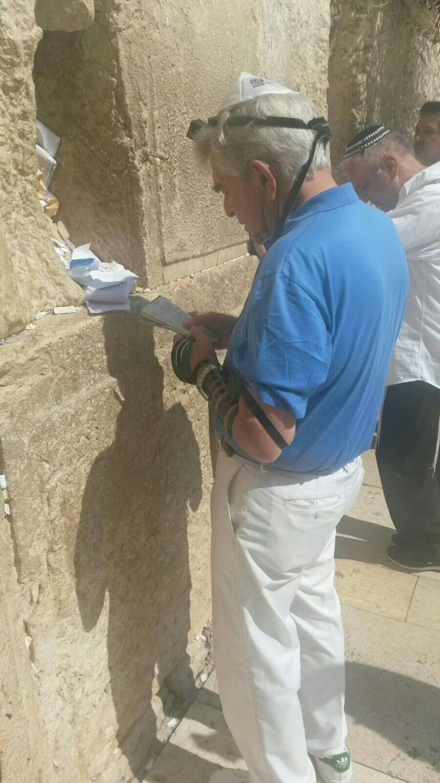 האם ראלף לורן התפלל היום בכותל המערבי?