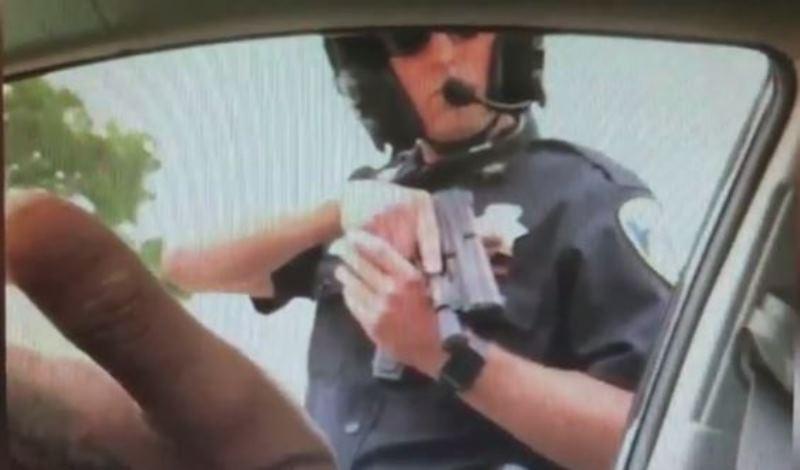 צפו: 9 דקות כיוון השוטר אקדח לעבר הנוסע