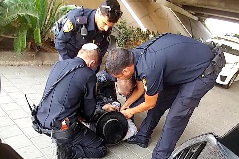 צפו: הקבצן החרדי סירב להזדהות והוכה על ידי שוטרים