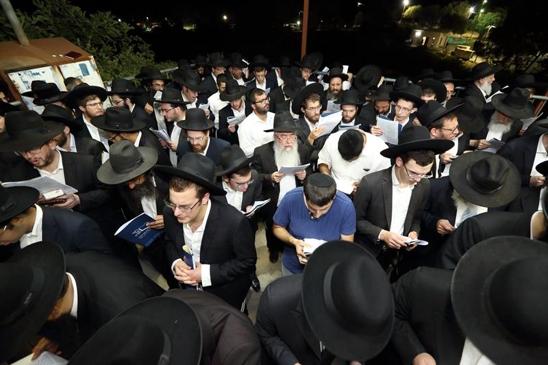 בחצות לילה בעמוקה: אלפים זעקו לישועה במעמד