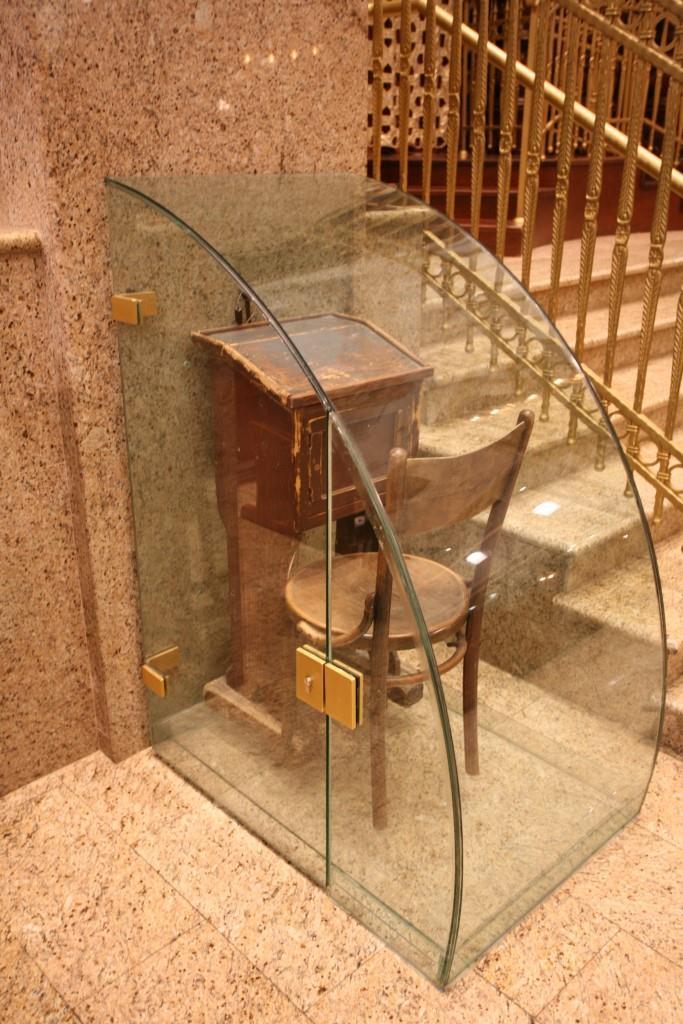 כסאו של הרבי זיעא בהיכל בית המדרש הגדול