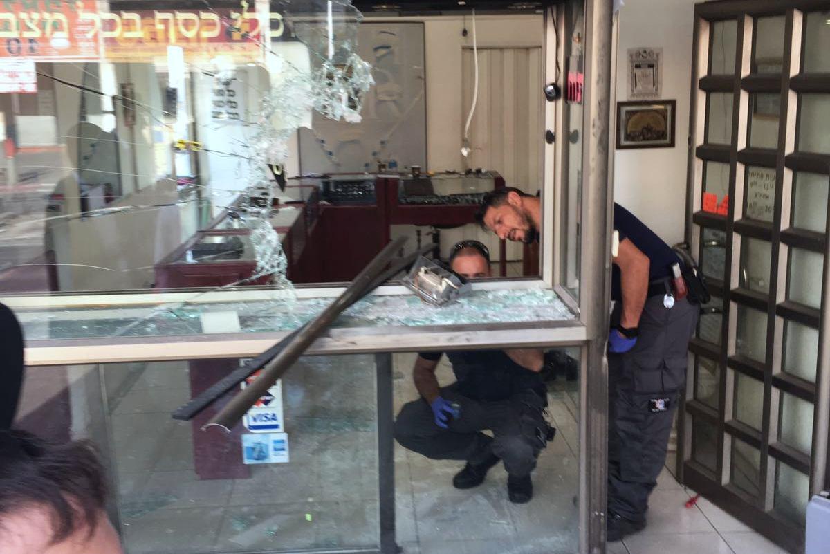 """צפו • ליד תחנת המשטרה: גנבים פרצו לחנות התכשיטים בב""""ב"""