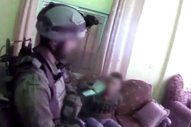 תיעוד: חוליית מחבלים מניחה מטען על גדר הביטחון