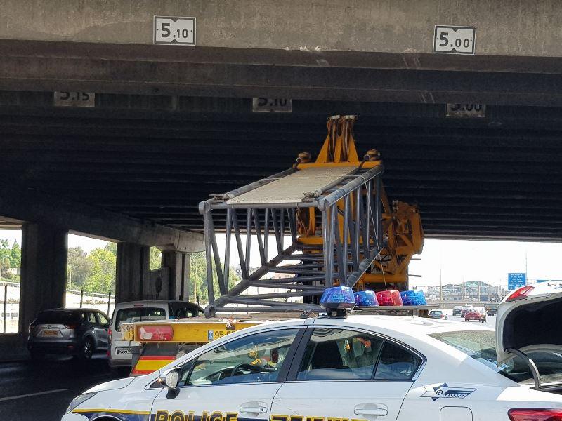 בפעם השלישית: משאית נכנסה בגשר • צפו