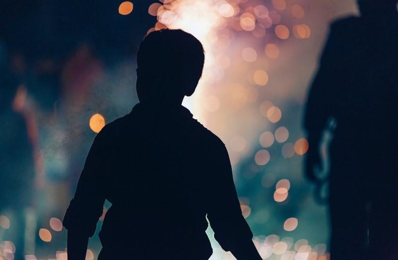 בליל שבת: בן 12 הוכה בחזרתו מהתפילה