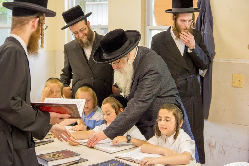 הרבי הגיע לביקור פתע בכיתות הילדים במחנה