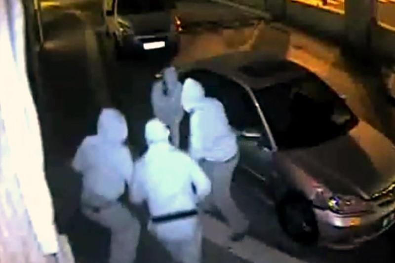 צפו: חוליית גנבים בברדסים בגני גאולה