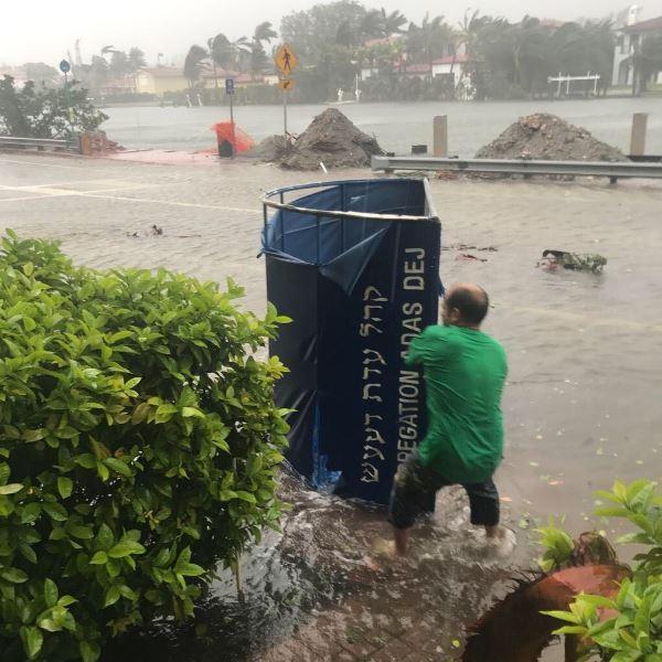 """הסופה בארה""""ב: שיעורי התורה נמשכים - בוזזים נעצרו במיאמי"""