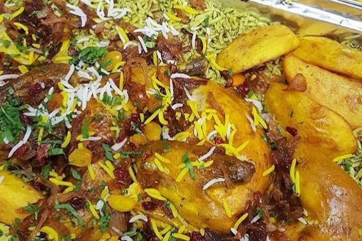 עוף בסילאן, דבש, חמוציות ורימונים על מצע אורז ירוק