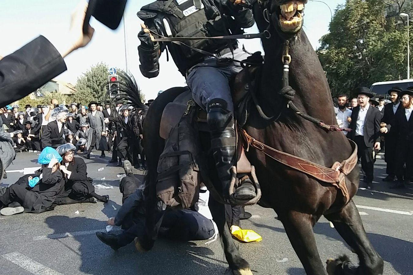 """חרדי תובע 70,000 ש""""ח משוטר שסטר לו"""