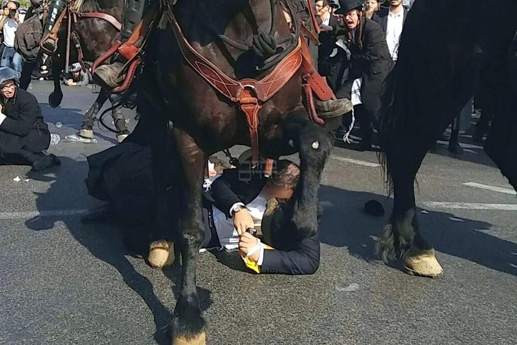 """נרמס בהפגנה: """"פתאום הופיע סוס מאחורי והעיף אותי לכביש"""""""