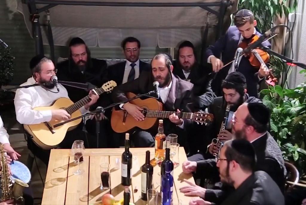 קומזיץ ימים נוראים: ר׳ מרדכי גוטליב וחברים שרים קרליבך • צפו