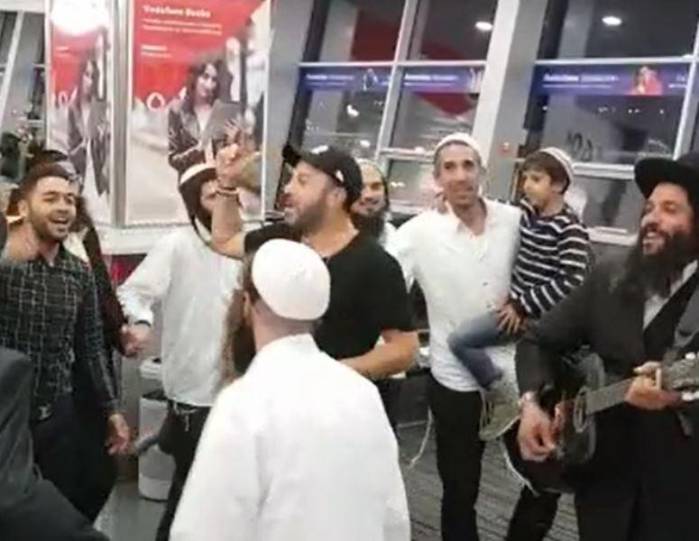 צפו: ליאור נרקיס מרקיד בשדה התעופה