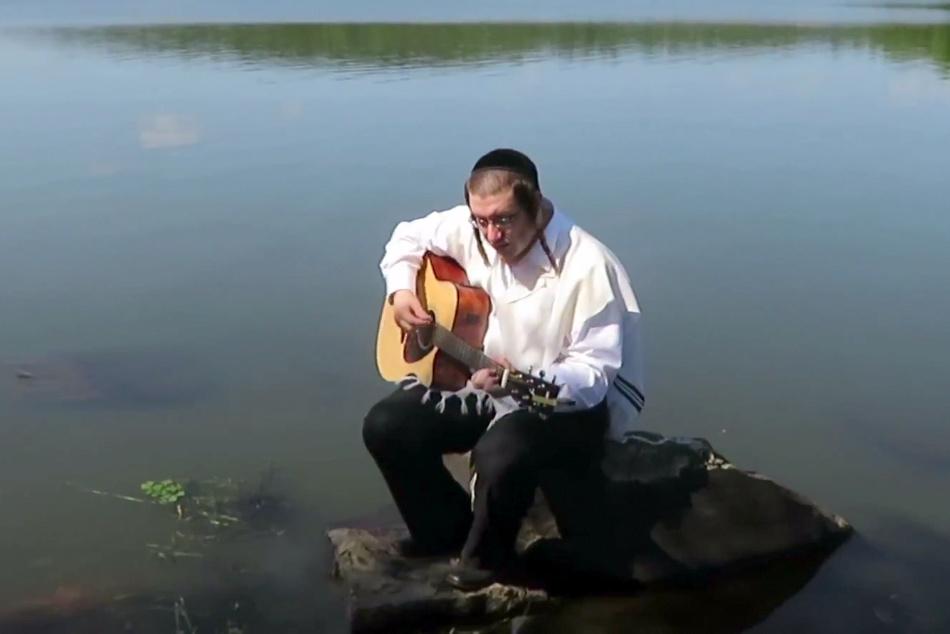 """שר והלחין: נחמיה רוזנברג מרגש עם """"אדיר במרום ה"""