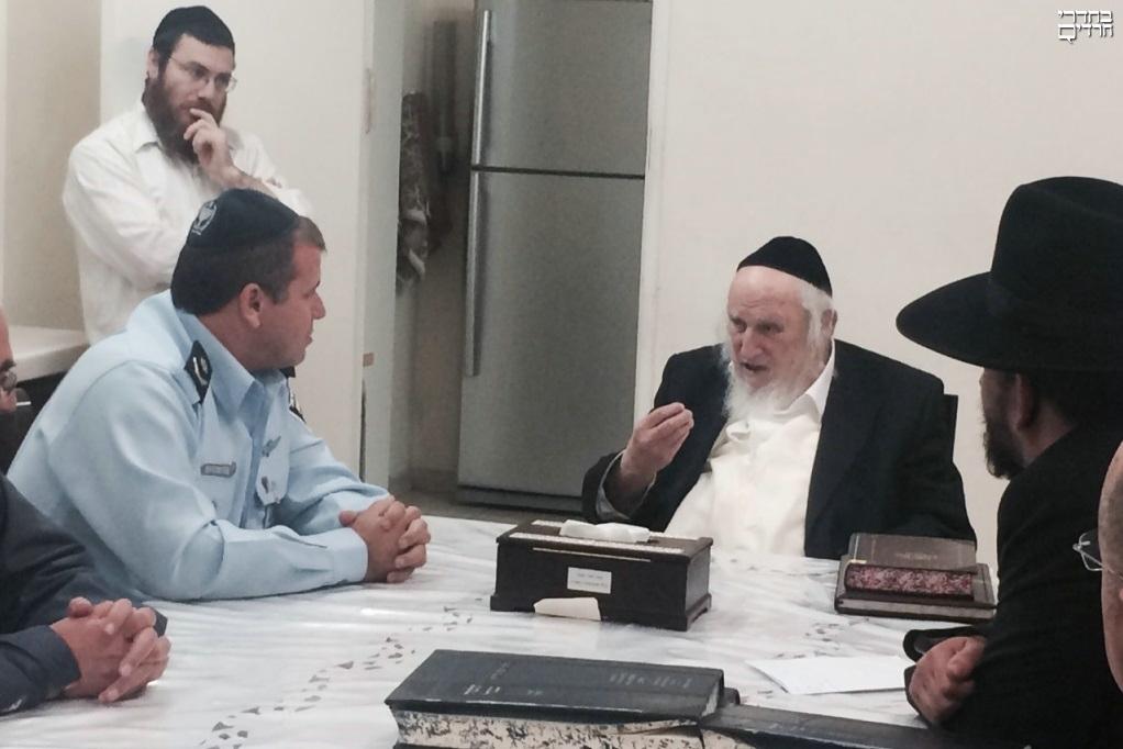 """מפקד מחוז ירושלים בבית הגר""""ש אויערבך"""