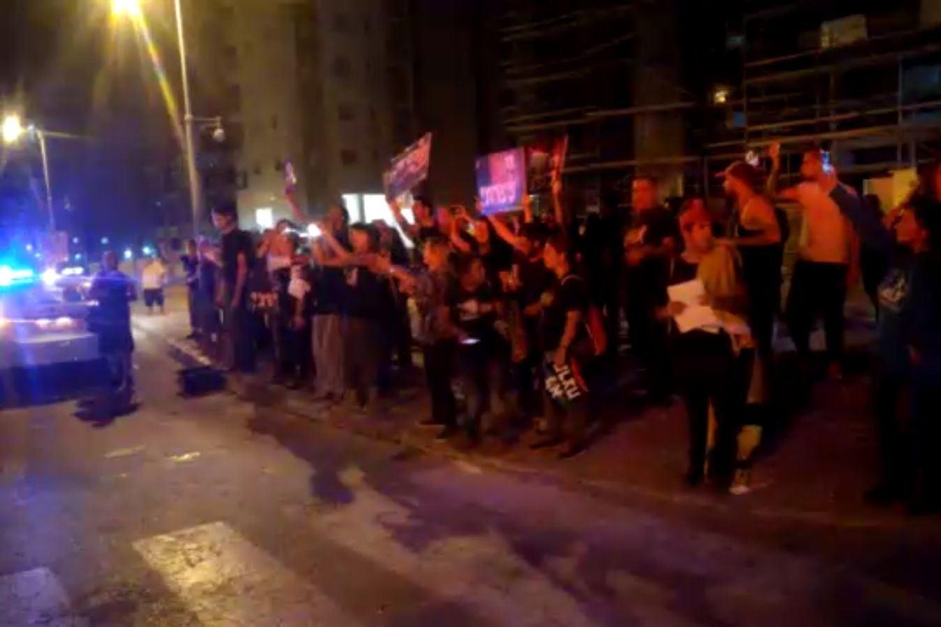 ששה נפצעו בהפגנה נגד מנהג הכפרות • תיעוד