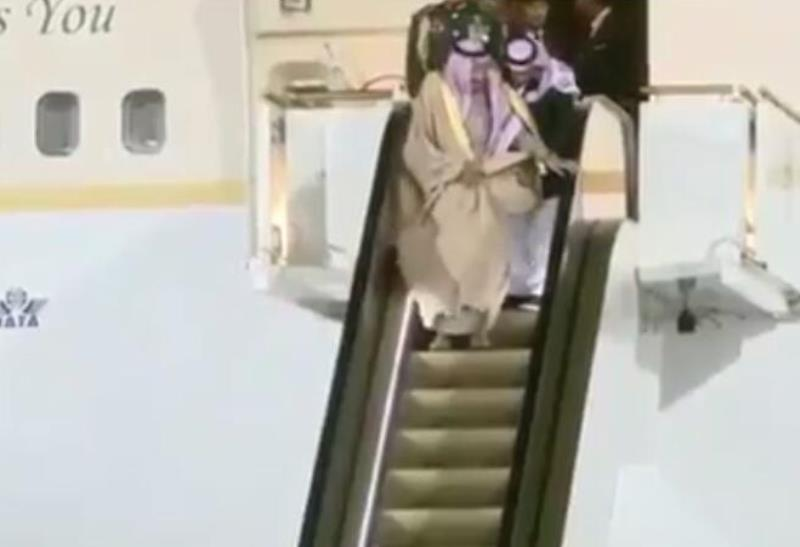 """""""מדרגות הזהב"""" נתקעו: המלך ירד ברגל"""
