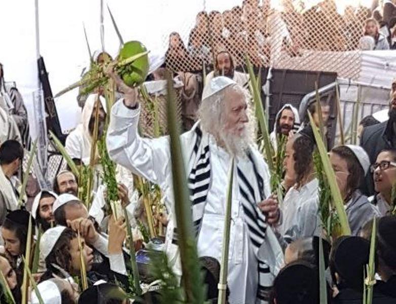 לאחר שריצה עונשו: הרב ברלנד התפלל בסוכה