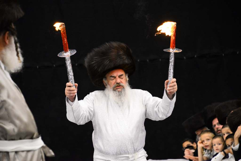 הרבי מלעלוב רקד עם לפידים • תיעוד אש