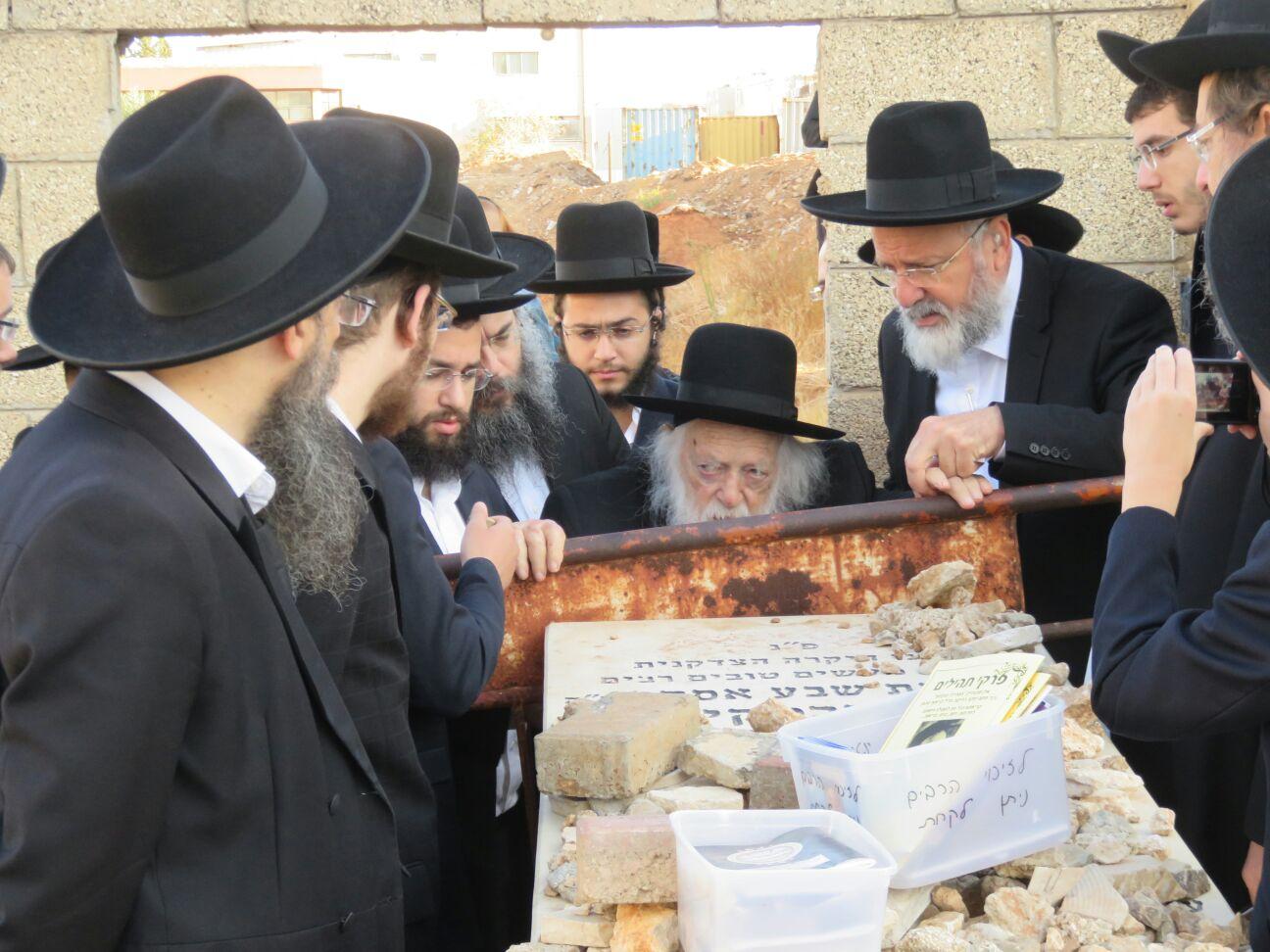 """במלאות 6 שנים: הגר""""ח עלה לקבר הרבנית"""