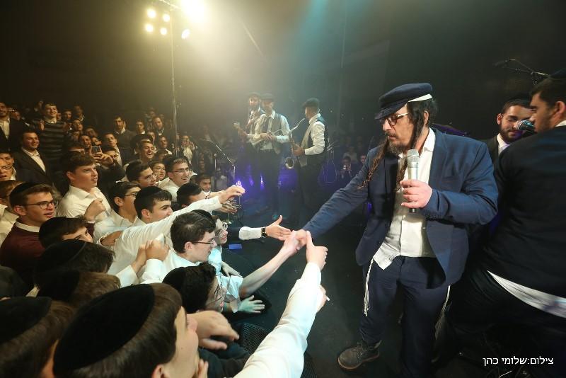 אלפיים בחורים קיפצו עם גדולי הזמר בירושלים • תיעוד