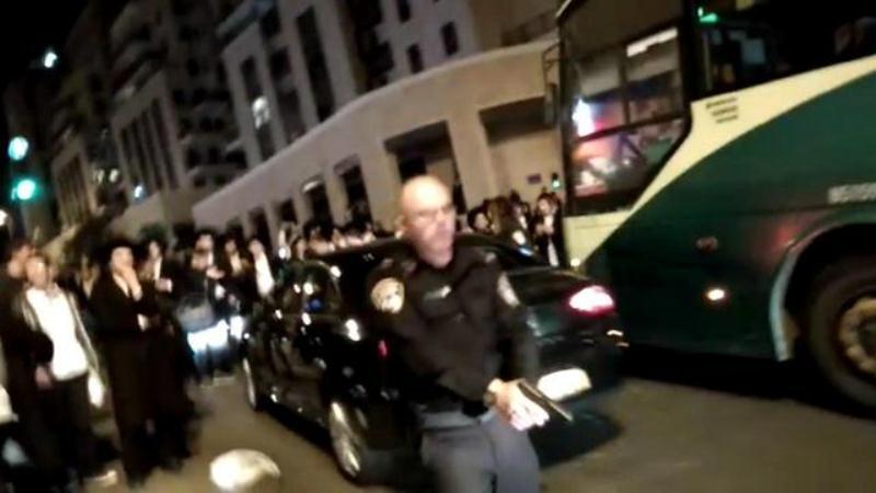 """במשטרה מגיבים לתיעוד המסעיר: """"השוטר חש מאוים - זומן לבירור"""""""