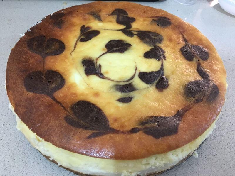 עוגת גבינה בחושה עם טוויסט שוקולדי
