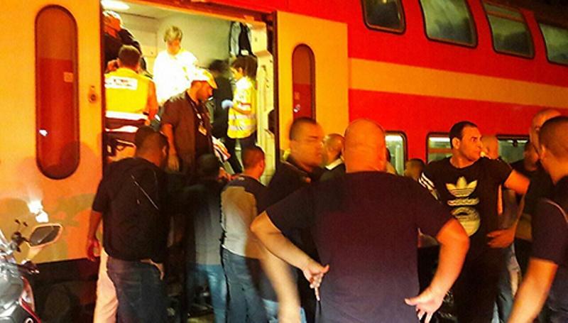 רכב מסחרי פרץ מחסום והתנגש ברכבת; שניים נפצעו קשה