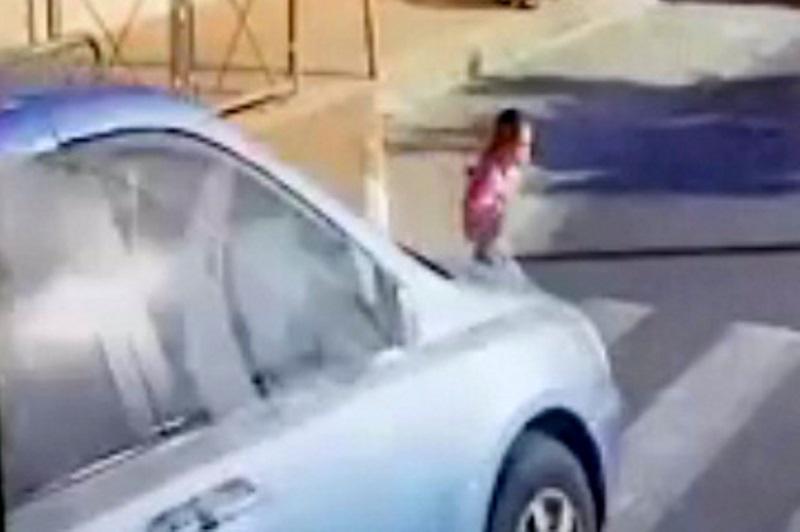 תיעוד מפחיד מביתר: הנהג עוקף ופוגע בילדה