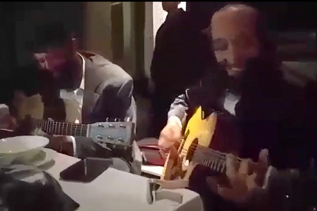 שתי אגדות הגיטרה ביצעו דואט משותף • וואו