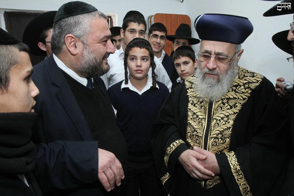 """צפו: הראשל""""צ הגיע לבית הכנסת של אבוטבול"""