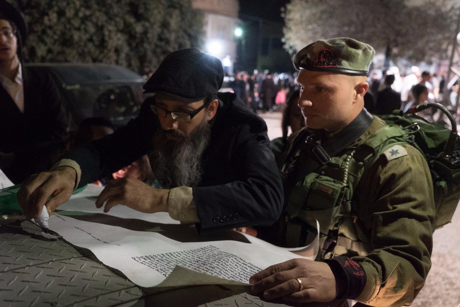 באישון ליל: מאות אנשים עלו לקברו של יהושע בן נון