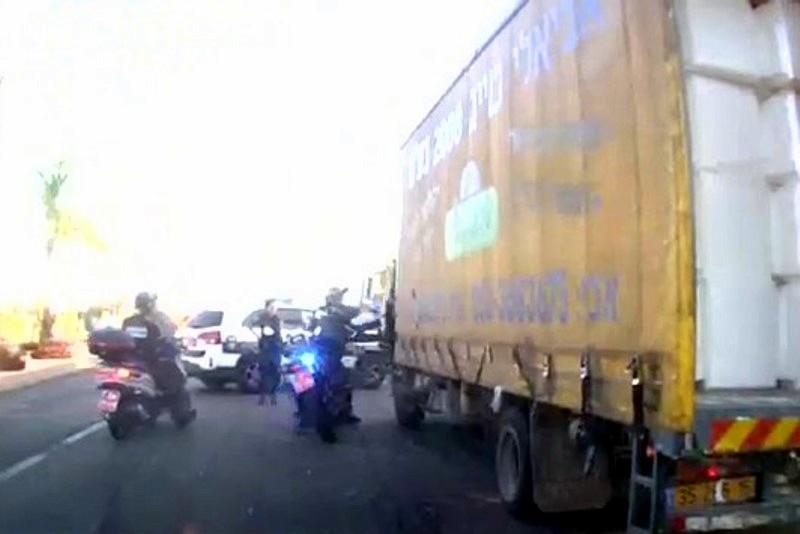 מרדף דרמטי אחר משאית: הנהג הסביר • צפו