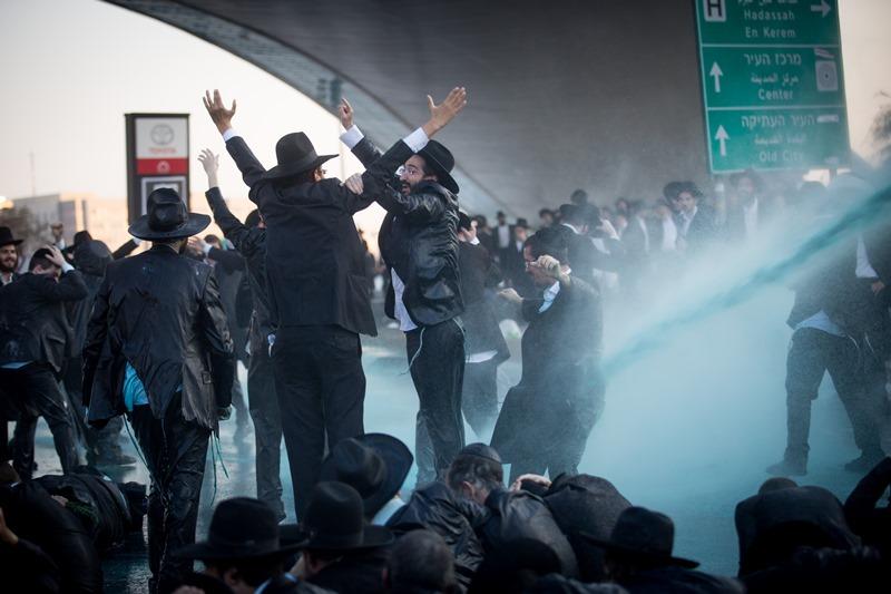 העולם נדהם מאוזלת יד המשטרה מול