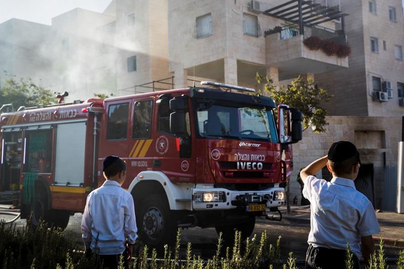 בצהרי שבת: שריפה פרצה בשכונת רוממה בי-ם; כמה דירות ניזוקו