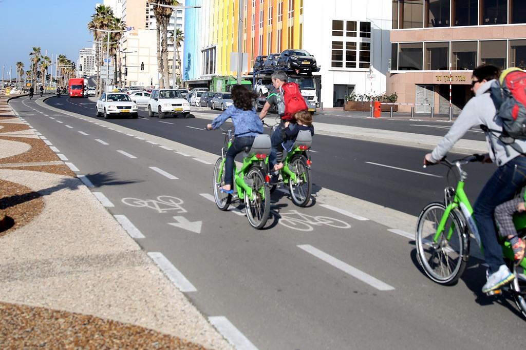 """עיריית ת""""א תתחיל היום לקנוס רוכבי אופניים על מדרכות"""