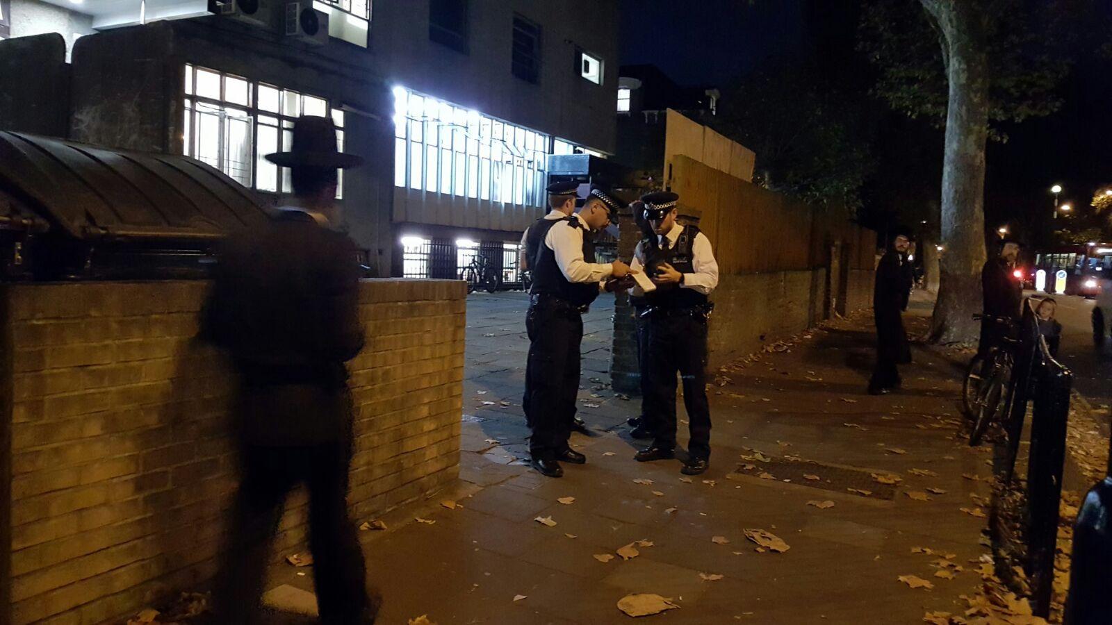 אימה בלונדון: פרצו לבית כנסת עם סכין