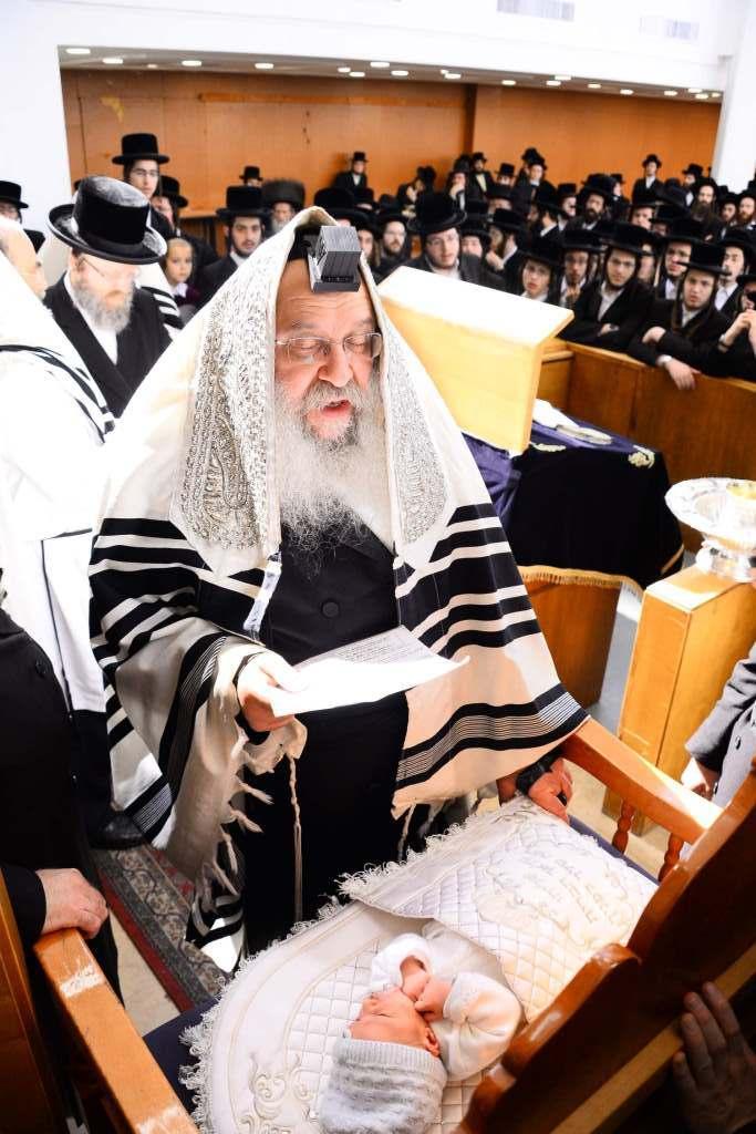 ויקרא שמו בישראל אהרן צבי גרוס: ברית לנכד הרבי מנדבורנה • תיעוד