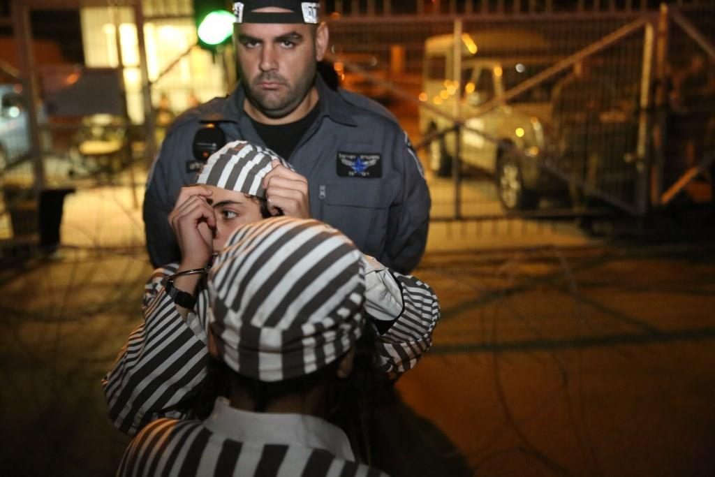 צפו: הקיצונים עם בגדי אסירים מול כלא 4