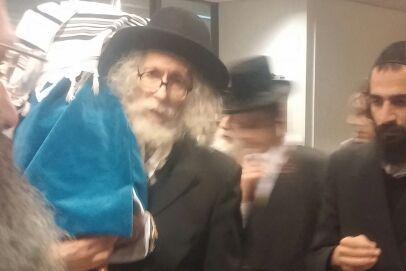 צפו: הרב ברלנד רוקד בהולנד עם ספר התורה