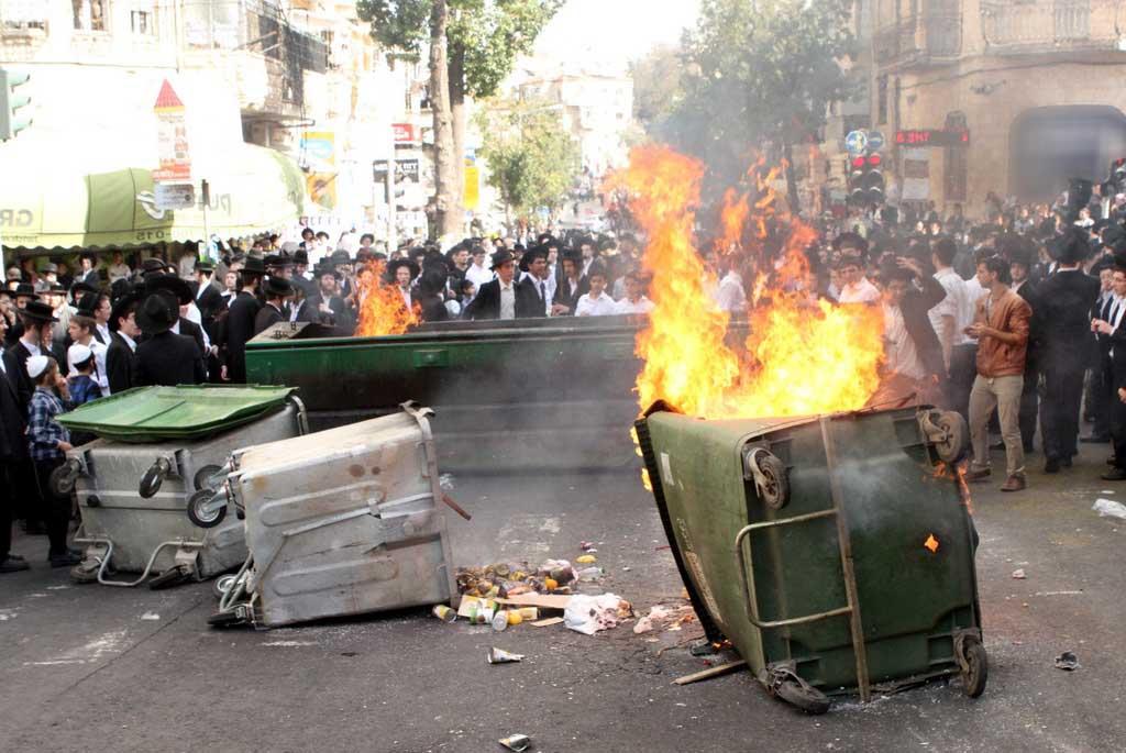 תקף אדם שניסה לפנות פח מהכביש בכיכר השבת - ונעצר