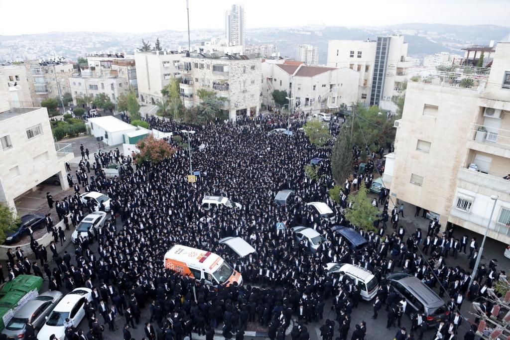 """אלפים נפרדו בירושלים מזקן המשגיחים: """"פיו וליבו שוים"""" • תיעוד ענק"""