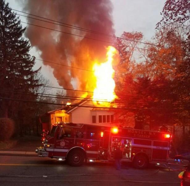 ברוקלין: שריפה ענקית כילתה בית דירות • צפו