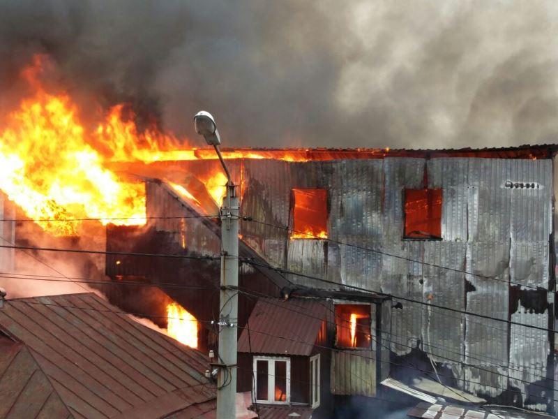 תיעוד אש: המבנה הסמוך לציון רבי נחמן בער