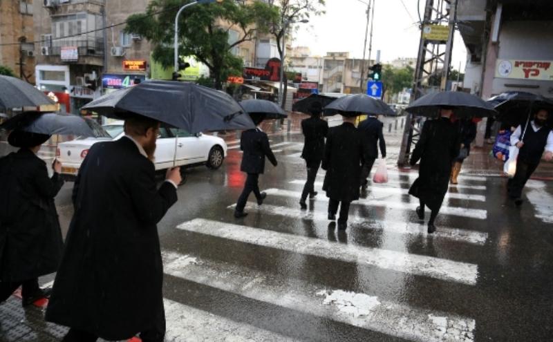 רב בישיבת מיר החליק בגשם ונפגע מאוטובוס